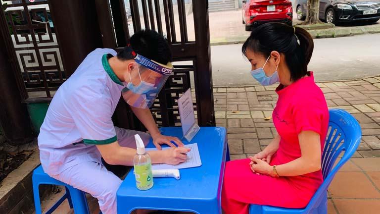 Bàn khai báo y tế tại Trung tâm Thuốc dân tộc
