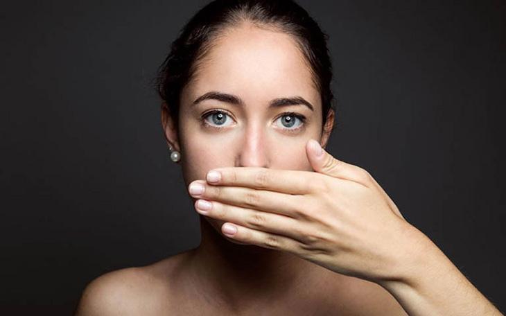 Sâu răng hôi miệng do sự tích tụ, sinh sôi của vi khuẩn gây hại