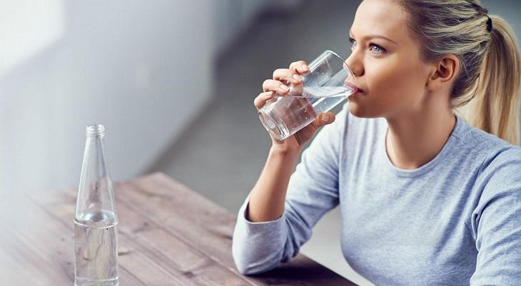 Uống đủ nước là việc làm cần thiết