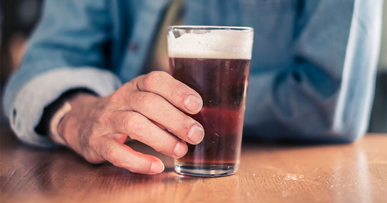 Gan nhiễm mỡ độ 2 kiêng gì? - Bia rượu