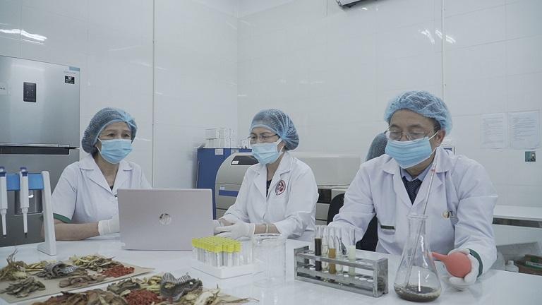 BS Lê Hữu Tuấn khi đang thực hiện nghiên cứu bài thuốc cùng với đội ngũ nghiên cứu